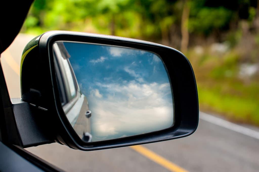 מדד מוקדם מול מדד מאוחר - Landscape in the sideview mirror