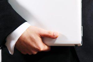 ספונסר הפרויקט - איש עסקים עם לפטופ ביד